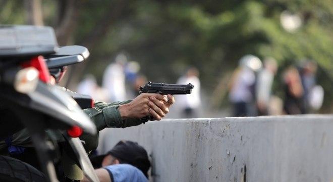 Soldados venezuelanos abrem fogo contra manifestantes